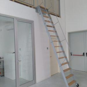 Scară metalica, rigidă, tip rampa pentru acces la mezanin, cu trepte metalice sau din lemn.